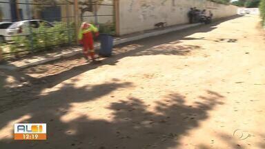 Buracos e poeira gera transtornos no São Jorge, em Maceió - Moradores reclamam da falta de estrutura nas ruas do bairro.
