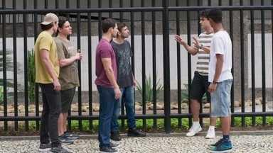 Guga é agredido por homofóbicos - Serginho e Guga tentam acalmar a situação, mas os rapazes partem para cima deles