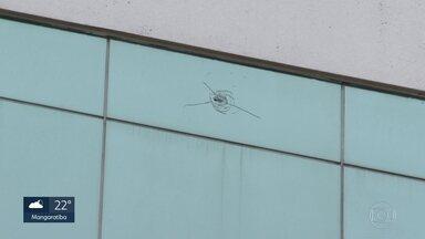 Tiro atinge prédio da Cedae na Cidade Nova - Funcionário ficou ferido por estilhaços da vidraça quebrada pela bala, no quinto andar do edifício.