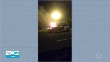 Carro pega fogo na Ponte do Limoeiro, no Bairro do Recife - Imagens foram enviadas ao WhatsApp da TV Globo.