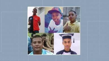 Policiais envolvidos na morte de jovens em Costa Barros começam a ser julgados - O caso dos cinco jovens mortos em Costa Barros, cujo carro onde estavam recebeu 111 tiros disparados por policiais militares há quase quatro anos, começa a ser julgado. Os PMs respondem por várias acusações.