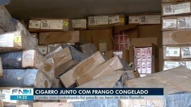 Carreta com cigarros contrabandeados é apreendida em João Ramalho - Veículo tinha frangos congelados cobrindo os produtos ilegais.