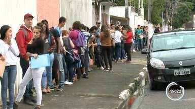 Desempregados fazem fila em busca de emprego em Caraguatatuba - Veja a reportagem.