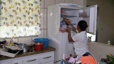 Moradores de Anhembi reclamam prejuízos causados pela falta de energia - Moradores do bairro Capuava, na zona rural de Anhembi, ficaram mais de 48 horas sem energia elétrica. Eles reclamam do prejuízo principalmente com os alimentos refrigerados e congelados que acabaram sendo perdidos.