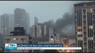 Incêndio atinge prédio em Santos - Informações preliminares apontam que fogo começou no mezanino do edifício na Rua São José, no bairro Embaré. Não há informação de feridos.