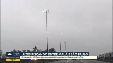 Luzes de postes ficam piscando na Av. Oscar Niemeyer - Trecho fica no limite entre Mauá e São Paulo.
