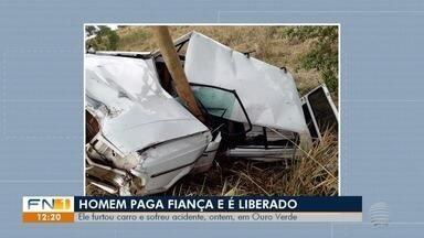 Envolvido em acidente com carro furtado é liberado após pagar fiança - Motorista perdeu o controle da direção e bateu veículo em uma árvore em Ouro Verde.