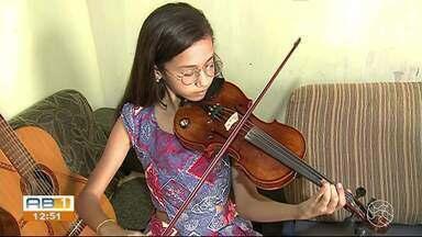 Menina de 12 anos toca violino pelas ruas de Caruaru para ajudar mãe e irmã - Cecília canta e aprendeu a tocar violão sozinha.
