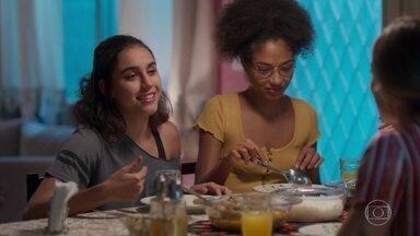 Alice e Gabriela estão de olho em Paloma - Paloma se irrita com a pressão das filhas