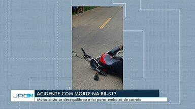 Motociclista morre após ficar embaixo de carreta durante acidente - Motociclista morre após ficar embaixo de carreta durante acidente