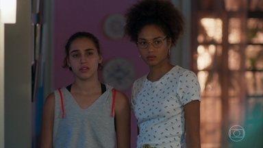 Alice e Gabriela se incomodam com visita de Marcos - Marcos ajuda Paloma na cozinha