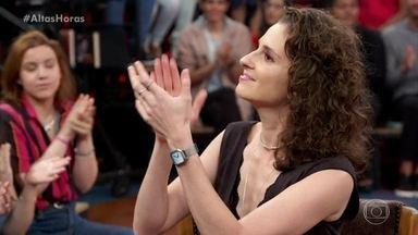 Carol Duarte fala sobre sua personagem em 'Segunda Chamada' - Ela ressalta os desafios da profissão e Serginho Groisman exalta a importância da série e dos professores
