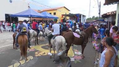Centenas de fiéis participaram da cavalgada do Círio de Nazaré no Maranhão - Evento é uma das atividades do festejo em homenagem à santa, que está sendo realizado neste fim de semana na cidade.