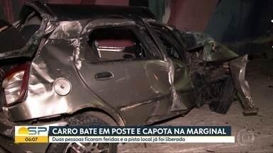 Carro bate em poste na Marginal Pinheiros nesta segunda-feira (11) - Acidente aconteceu na pista local da marginal, no sentido interlagos.