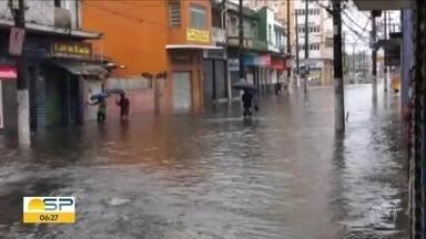 Chuva veio forte no interior e na Baixada Santista - Tendas foram levadas pelo vento em Pirajuí e ala do hospital de São Roque ficou alagada. Na Baixada, várias cidades ficaram com ruas e avenidas cheias d'agua.