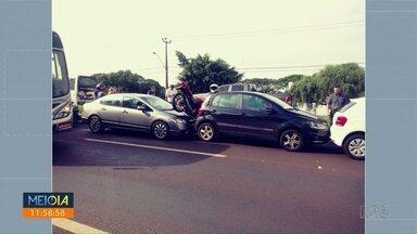 Moto fica prensada entre dois carros na Colombo - Acidente aconteceu na manhã de hoje.