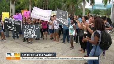 Profissionais de saúde fazem protesto em frente à prefeitura - Agentes comunitários, enfermeiros, técnicos e médicos são contra os cortes na saúde