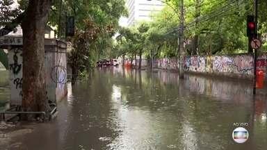 Carro é rebocado no Maracanã após chuva forte no Rio - Ruas na região seguem alagadas e muitos motoristas precisaram deixar seus carros.