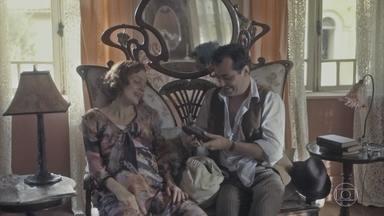 Olga despreza o jatobá que Zeca buscou pra ela - Ele conta a aventura que foi conseguir a fruta e diz que agora ela vai ter que comer
