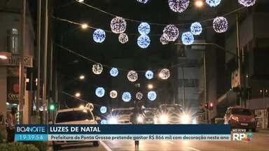 Prefeitura instala iluminação de natal na avenida Vicente Machado - Gastos com decoração chegam a R$ 866 mil na cidade.