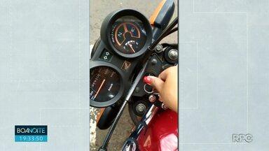 Moto pega por engano no centro de Londrina vira caso de polícia - Dona achou que a moto não estava funcionando e contou com ajuda de amigo para levar a moto em uma pick-up pra casa. Na verdade a moto era parecida, mas não era a dela.