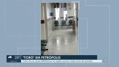 Chuva causa transtornos em Petrópolis nesta segunda - Queda de árvore, goteira em hospital privado e alagamentos foram registrados na cidade.
