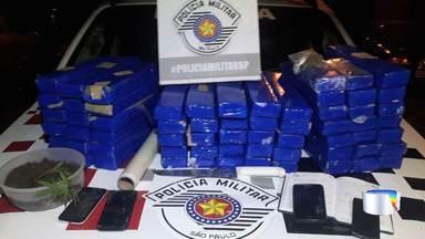 PM apreende 60 quilos de maconha em Ubatuba - Três pessoas que estavam na casa foram presas.