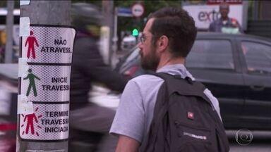 Levantamento feito em 14 cidades do país mostra que tempo de travessia de pedestre é curto - Em São Paulo, a média de sinal verde para atravessar a rua a pé é de apenas seis segundos e o tempo de espera é de um minuto e meio.