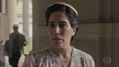 Lola é impedida de acompanhar o marido ao chegar no hospital - Afonso faz companhia a ela até a chegada dos filhos