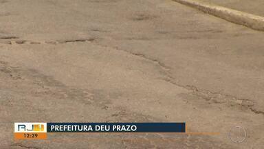 Moradores reclamam do asfalto de acesso à Praia do Peró, em Cabo Frio - Prefeitura de Cabo Frio diz que obras no Peró começam na segunda-feira.