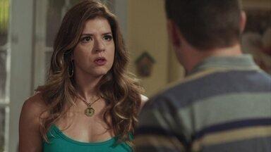 Marco pede Carla em casamento - O major fica incomodado ao ver Celso na casa da namorada, mas disfarça e surpreende Carla com o pedido