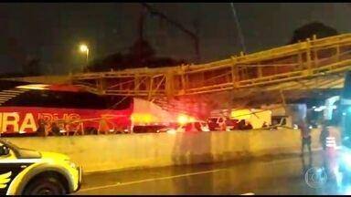 Passarela desaba e atinge veículos na Marginal Tietê, em São Paulo - Estrutura desabou sobre as pistas que vão em direção à Rodovia Castello Branco e atingiu dois ônibus de viagem e carros de passeio.