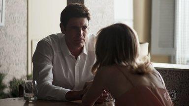 Régis chega em casa e conta ara sua irmã que perdeu todo dinheiro em jogo - Ele admite para sua irmã que tem compulsão por jogos e chora