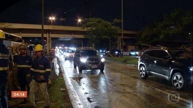 Trânsito é liberado na Marginal Tietê em SP após queda de passarela - O trânsito foi liberado no início desta sexta-feira.