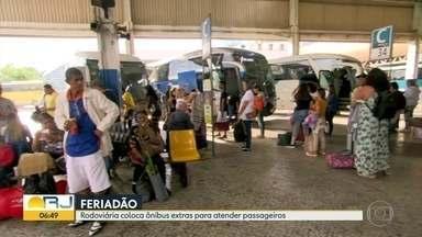 Previsão é que 220 mil pessoas vão passar pela rodoviária e aproveitar o feriado - Durante esse feriado, 800 mil carros devem passar pela Ponte Rio-Niterói.