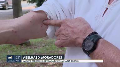 Moradores da 408 Sul continuam sendo atacados por abelhas - O condomínio diz que não vai retirar colmeia porque está em área pública e os Bombeiros não tem apicultores pra fazer o serviço.