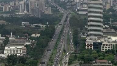 Estradas ficam movimentadas neste feriado - Motoristas que buscam descanso no interior de São Paulo enfrentam trânsito intenso nesta sexta-feira (15). Chuva agrava situação. Após sete horas bloqueada por queda de passarela, Marginal Tietê é liberada.