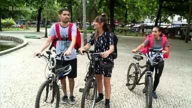 'Encontro' acompanha rotina de casal de entregadores de aplicativo - Desde que perderam seus empregos, Luís e Fátima trabalham como entregadores usando suas bicicletas. Eles chegaram a ficar 8 meses longe da filha por causa das dificuldades financeiras