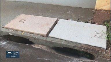 Prefeitura conserta tampa de bueiro quebrada no Planalto Verde em Ribeirão Preto - Funcionários da própria prefeitura, que faziam limpeza, acabaram quebrando a estrutura.