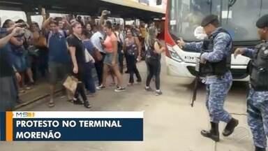Guarda usa spray de pimenta em protesto de passageiros contra atraso de ônibus na Capital - GCM vai investigar atuação de profissionais, Agetran diz que apura atrasos e Consórcio diz que vai melhorar planejamento