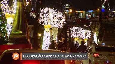 Empresa e grupo de reabilitação de drogas reforçam decoração para o Natal de Gramado - Estimativa é que 250 mil passem pela cidade.