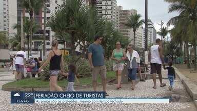 Praias da Baixada Santista ficam lotadas no feriado da Proclamação da República - Turistas aproveitaram a praia nesta sexta-feira (15).