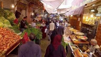Amã une tradição, cores, aromas e sabores - Chamada de 'cidade branca' por causa dos prédios em calcário e arenito, a capital da Jordânia é um cruzamento de grandes civilizações. No mercado e em suas ruas, uma saborosa e surpreendente viagem.