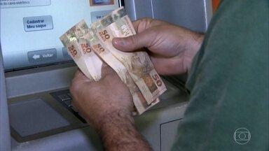 Maioria dos brasileiros deve usar o décimo terceiro salário para pagar dívidas - Neste ano, o décimo terceiro salário vai injetar R$ 214,6 bilhões na economia. Cerca de 81 milhões de brasileiros receberão aquele dinheirinho a mais.
