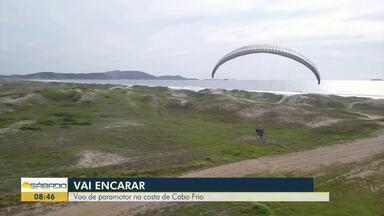'Vai Encarar?': Gustavo Garcia em voo de paramotor na costa de Cabo Frio - Assista a seguir.