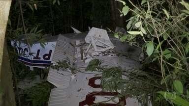 Aeronáutica tenta identificar causa da queda de avião em Cascavel, no Paraná - Aeronave caiu a poucos metros de um aeroporto particular, onde ela deveria pousar. De acordo com as informações do Samu, quatro pessoas estavam dentro do avião no momento do acidente; três morreram e uma se recupera de cirurgia.