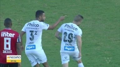 Sasha e Jorge se desentendem em clássico Santos x São Paulo na Vila Belmiro - Atacante e lateral discutiram dentro do gramado no clássico contra o São Paulo.
