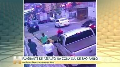 Câmeras de segurança flagram assalto no bairro da Saúde, em São Paulo - Assaltantes levaram uma caminhonete e trocaram tiros com seguranças. Ninguém ficou ferido.