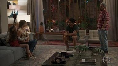 Marcos e Palomam deixam para outro momento para contar as novidades a Alberto - Paloma acha que não é uma boa hora devido a separação de Nana