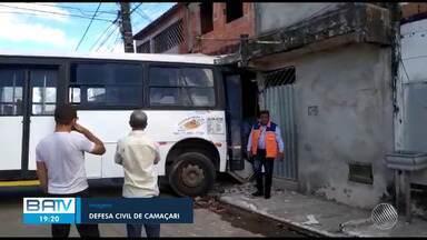 Destaques do dia: Ônibus desgovernado atinge duas casas em Camaçari - Confira este e outros destaques da terça-feira (19).